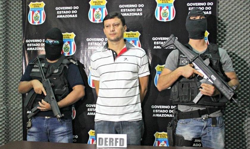 Diante dos oficiais, o empresário cearense Herculano Martins Alves, de 39 anos, disse que se arrependeu.  (Foto: Adneison Severiano/ G1 AM)