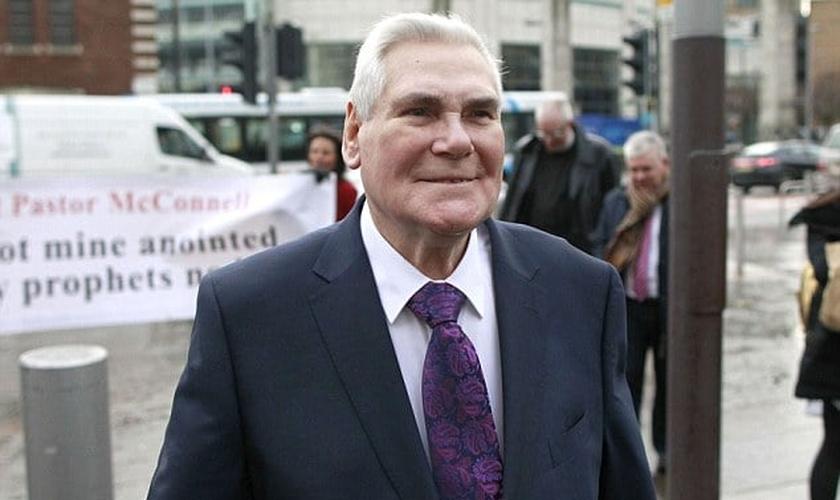 Líder da Igreja Whitewell Metropolitan Tabernacle, o pastor James McConnell, de 78 anos, foi absolvido da acusação de discurso de ódio contra muçulmanos. (Foto: Reprodução/ Daily Mail)