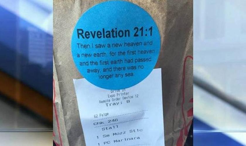 Na imagem, um cliente registrou o adesivo de seu lanche com o trecho bíblico de Apocalipse 21:1. (Foto: Josh Helmuth)