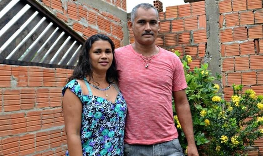 Adão da Silva e Eva Alves são casados há 22 anos no Acre, onde se conheceram na juventude. (Foto: Caio Fulgêncio/G1)