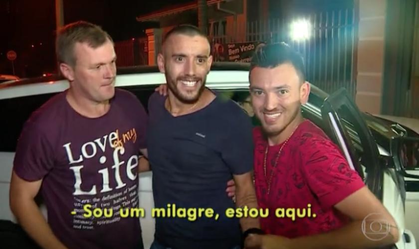 """Um grupo aguardou o lateral com a canção """"Sou um Milagre"""". (Foto: Reprodução/Globo)"""