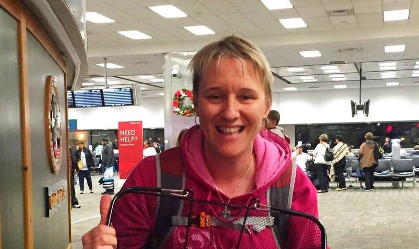 A americana Christine Sneeringer distribuiu lanches para os passageiros do terminal. (Foto: Reprodução/Facebook)
