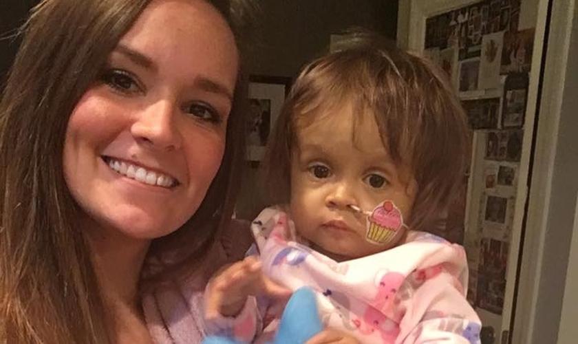 Kiersten Miles, de 22 anos, doou parte de seu fígado para Talia. (Foto: Reprodução/Facebook)