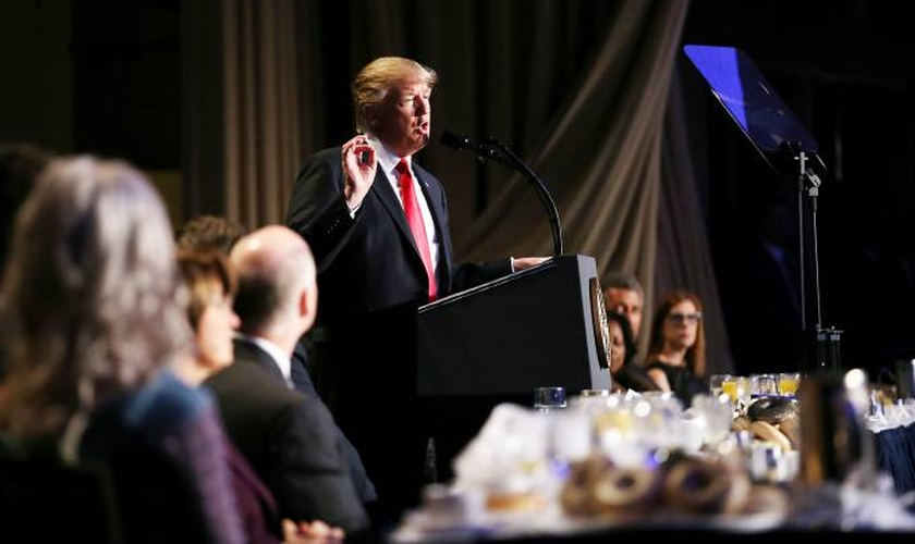 Donald Trump durante evento National Prayer Breakfast, em Washington. (Foto: Carlos Barria/Reuters)