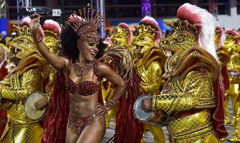 Desfile da escola Dragões da Real no Sambódromo do Anhembi, em 2015. (Foto: Nelson Almeida/AFP/Getty Images)