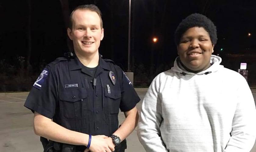 Brad Potter ao lado do adolescente Caleb Turner, de 16 anos. (Foto: Reprodução/Facebook)