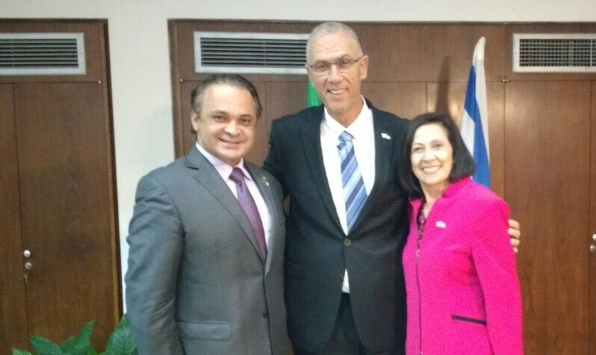 Deputado federal Roberto de Lucena ao lado do embaixador Yossi Sheli e da apóstola Valnice Milhomens Coelho. (Foto: Divulgação/Assessoria)