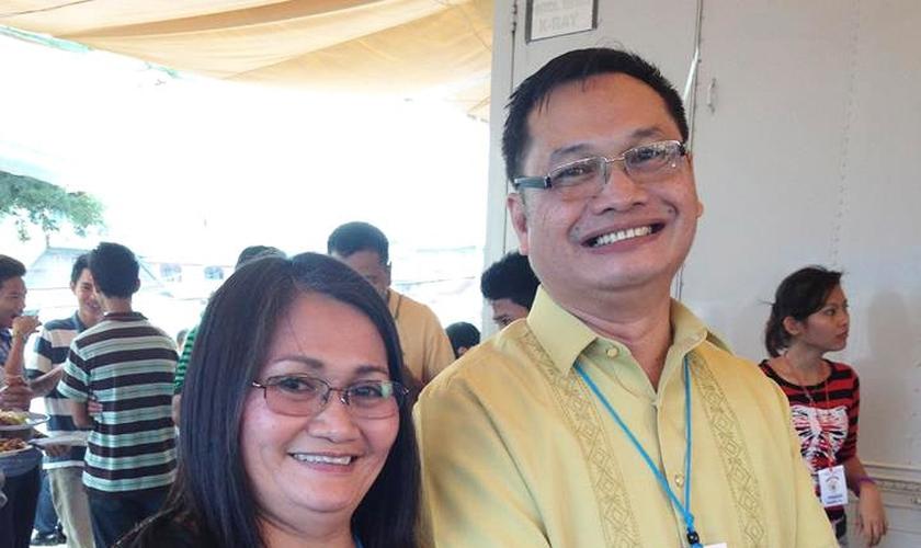 O ex-muçulmano John Dionio e sua esposa, Josielyn Cabrera. (Foto: Reprodução/Facebook)