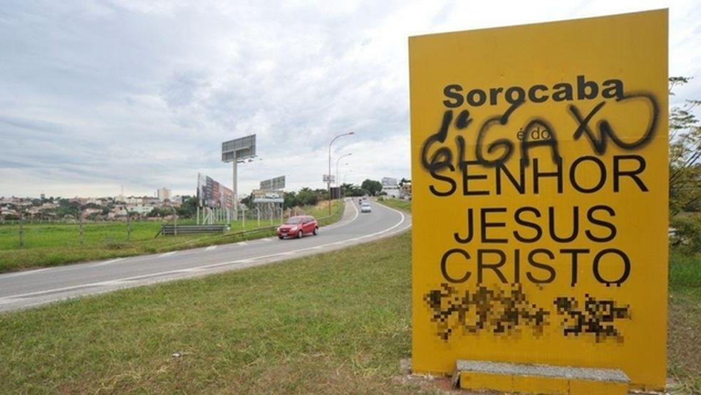 """Veja as imagens  dos atos de vandalismo contra o totem """"Sorocaba é do Senhor Jesus Cristo"""""""