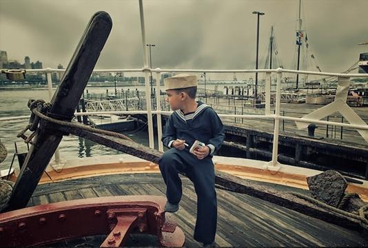 Fotógrafo usa filhos de modelo para retratar a vida em várias épocas