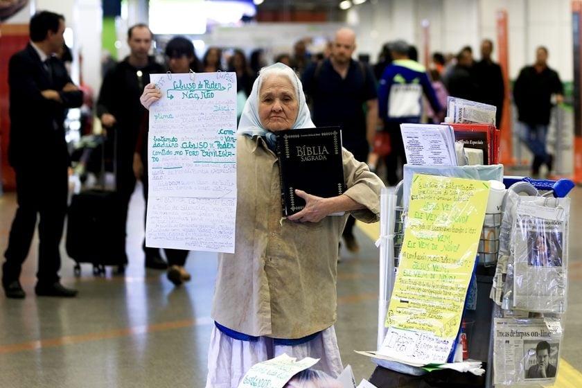 Misionera de 85 años fue agredida por predicar en un aeropuerto