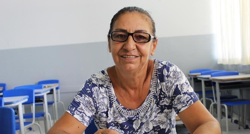 Com o sonho de ler a Bíblia, mulher alfabetizada aos 59 anos