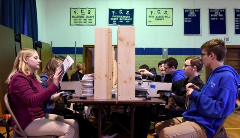 Estudantes produzem 25 mil Bíblias em escola cristã para ajudar missões mundiais