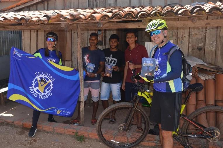 Missionários pedalam 40 km para evangelizar povoado no interior do Maranhão