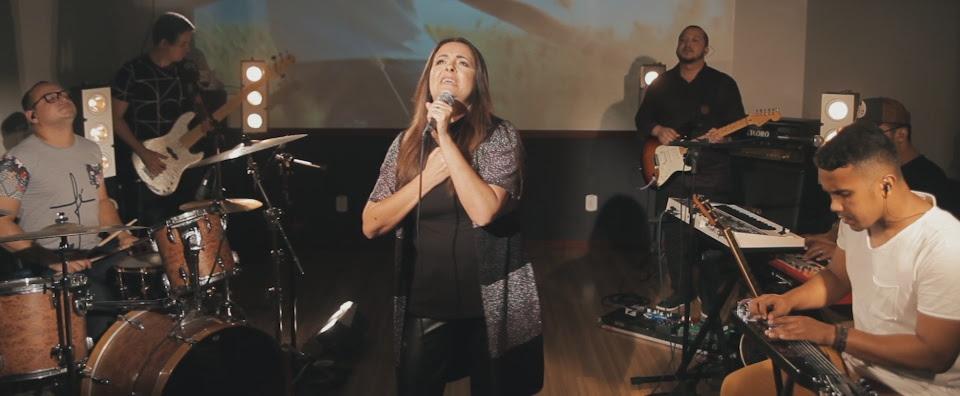 """Giovannine lança nova versão da música """"Firme"""", no YouTube"""