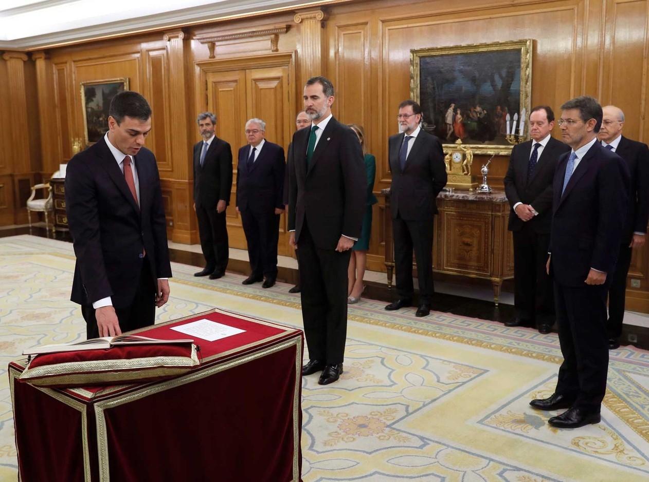 Premiê socialista da Espanha se nega a jurar sobre Bíblia em sua posse