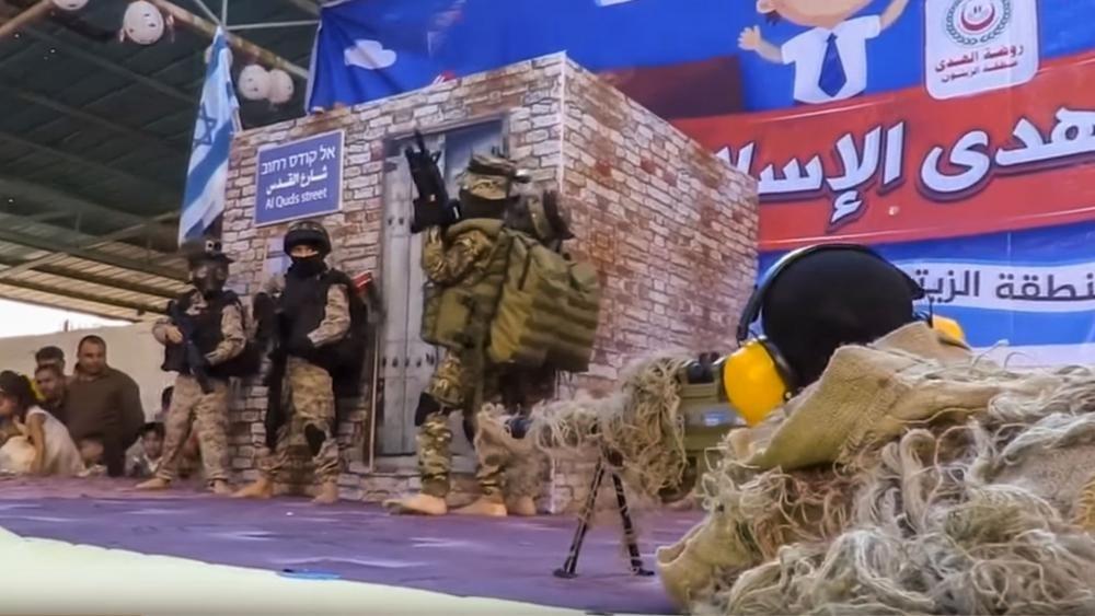 Vídeo mostra crianças palestinas simulando assassinato de soldado israelense em formatura