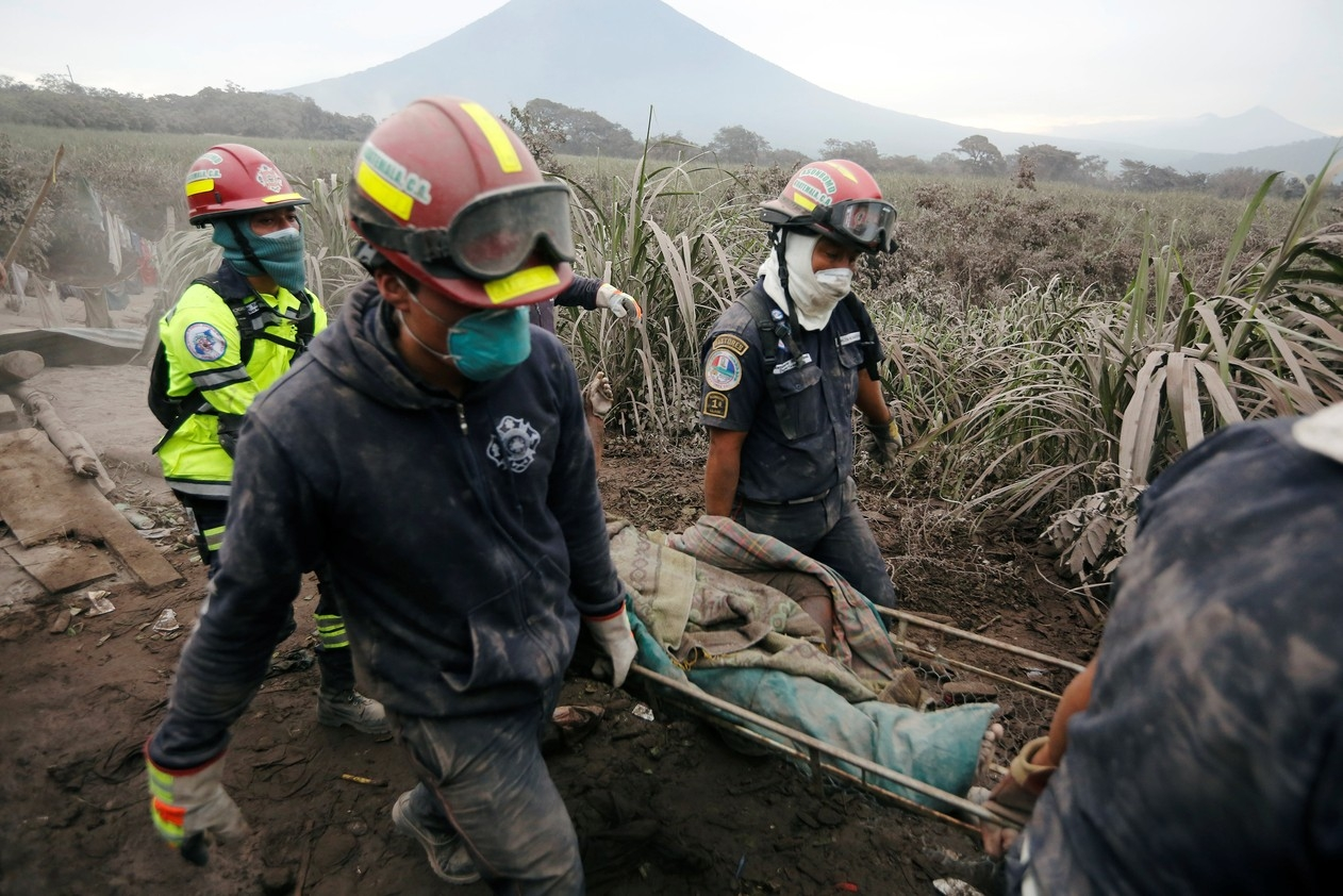 Pastor morre abraçado ao púlpito durante erupção vulcânica na Guatemala