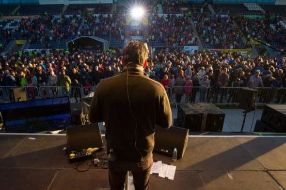 Centenas se convertem a Cristo em cruzada liderada por neto de Billy Graham, na Escócia