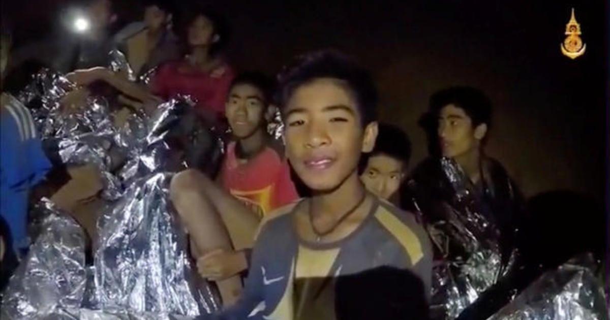 Equipes resgatam os 12 garotos e treinador com vida; famílias agradecem pelas orações