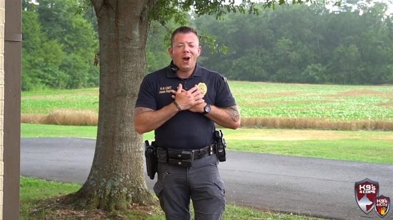 Vídeo de policial louvando a Deus emociona milhões nas redes sociais