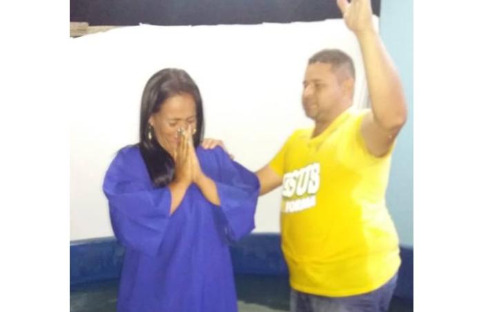 Mulher alcoólatra abandona os bares após ser evangelizada por filho de 9 anos
