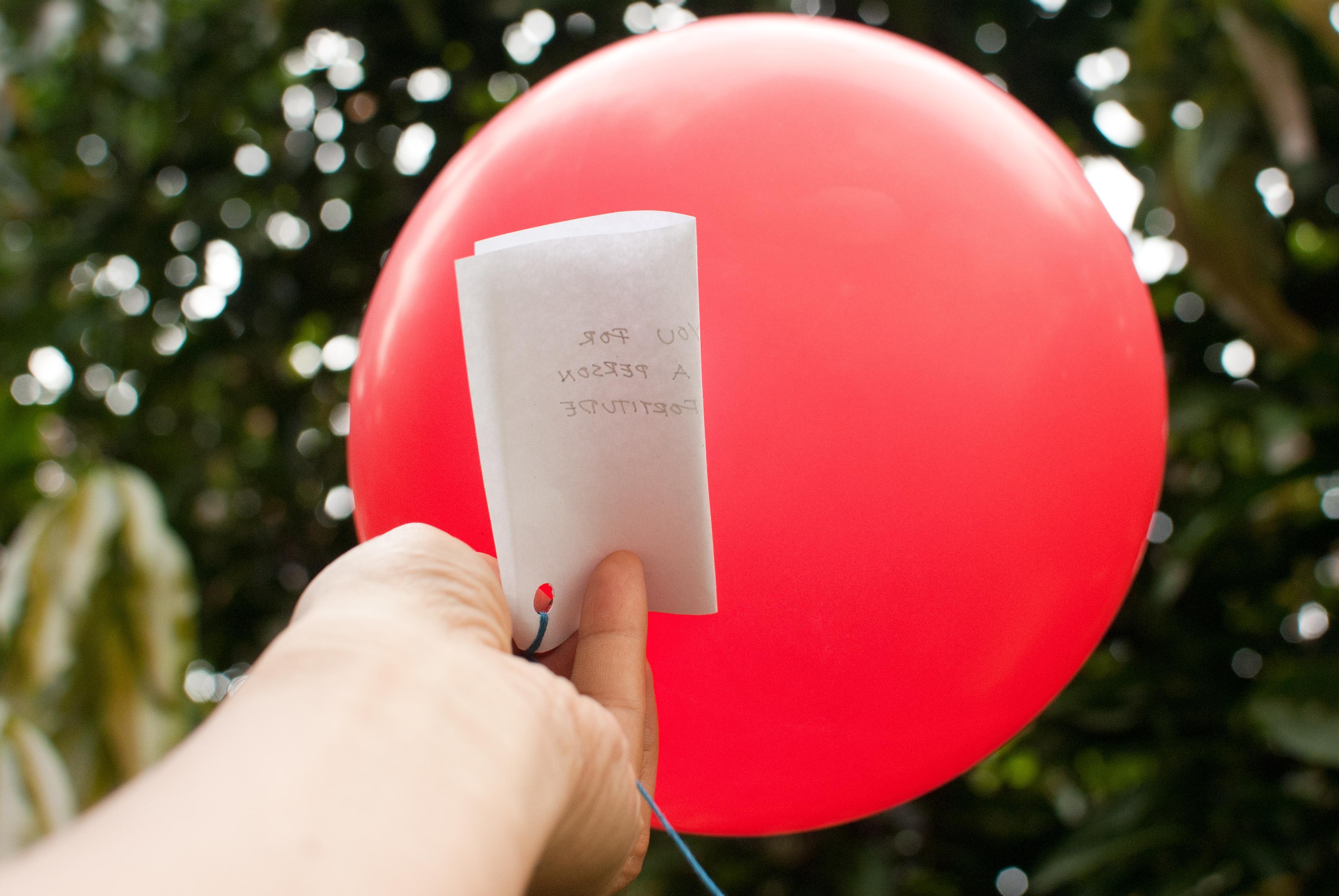 Pastor ajuda jovem a pagar faculdade, após receber seu pedido de oração em um balão