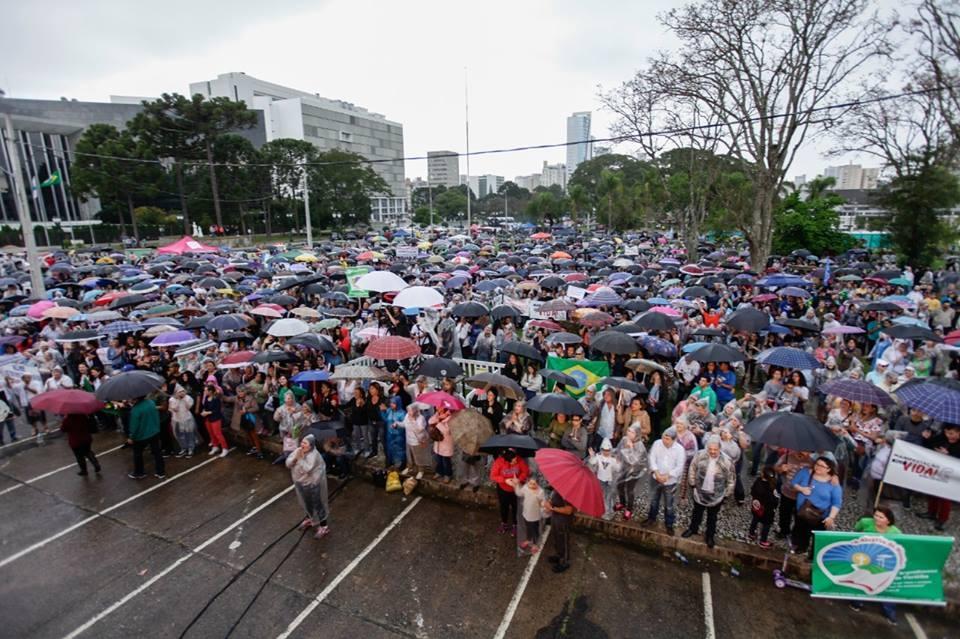 Evangélicos e católicos se unem em manifestação contra o aborto, em Curitiba