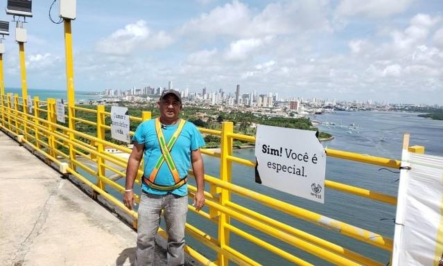O sentinela Ailton Oliveira, na Ponte Newton Navarro. (Foto: Dinarte Assunção/Agência O Globo)