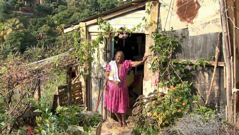 Igreja se une para construir casa para idosa que vive em barraco, no ES