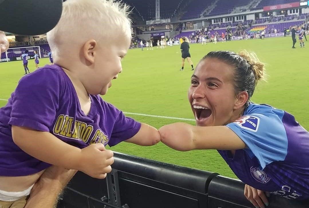 """Jogadora sem parte do braço incentiva criança: """"Deus me colocou aqui por uma razão"""""""