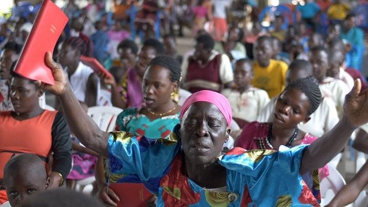 Cristãos leem a Bíblia traduzida em sua língua pela primeira vez, no Leste de Uganda