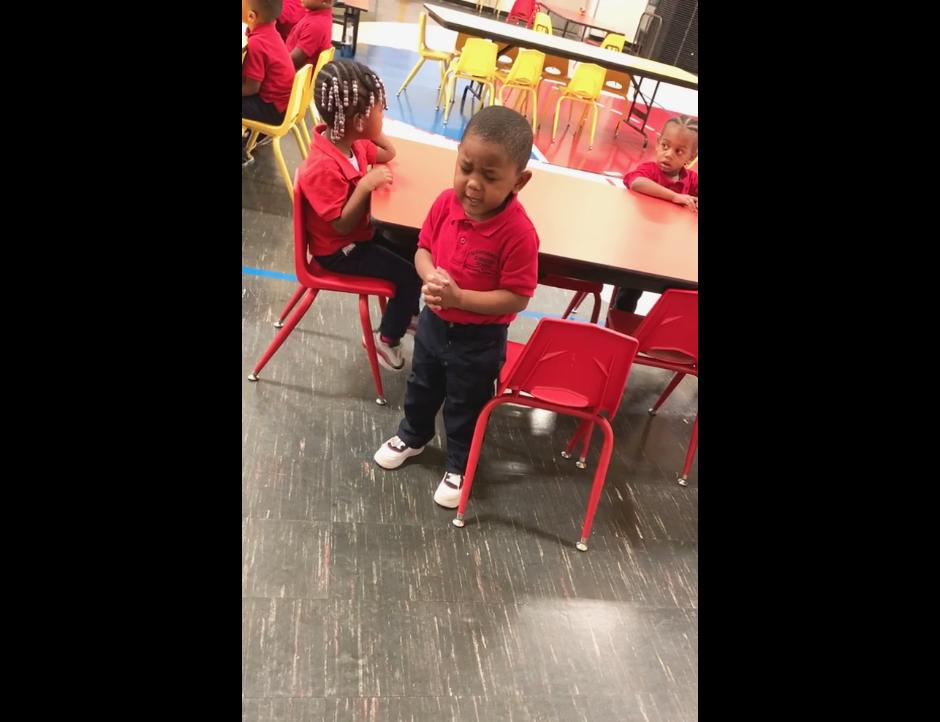 Menino de 3 anos faz oração com colegas de escola e vídeo viraliza