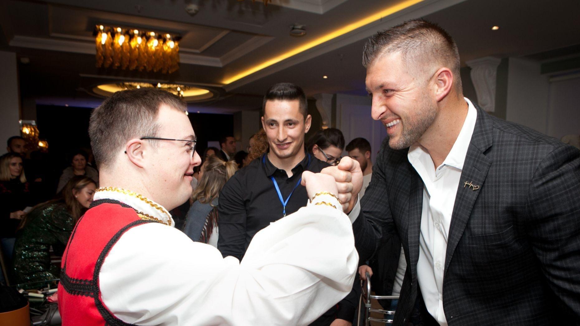 Atleta cristão homenageia jovens com necessidades especiais em noite de gala