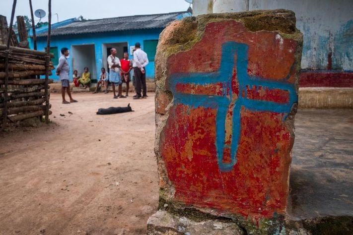 Cristão são torturados e obrigados a posar como Cristo na cruz, na Índia