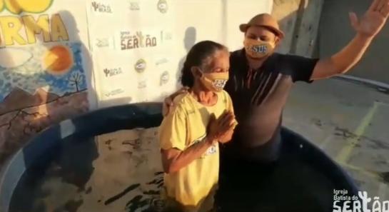 """Apesar da pandemia, missionários fazem batismos no sertão: """"Não podemos parar"""""""