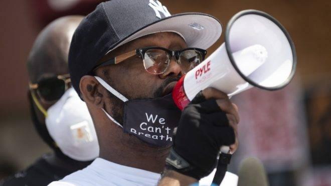 Irmão de George Floyd vai às ruas para orar e condenar protestos violentos