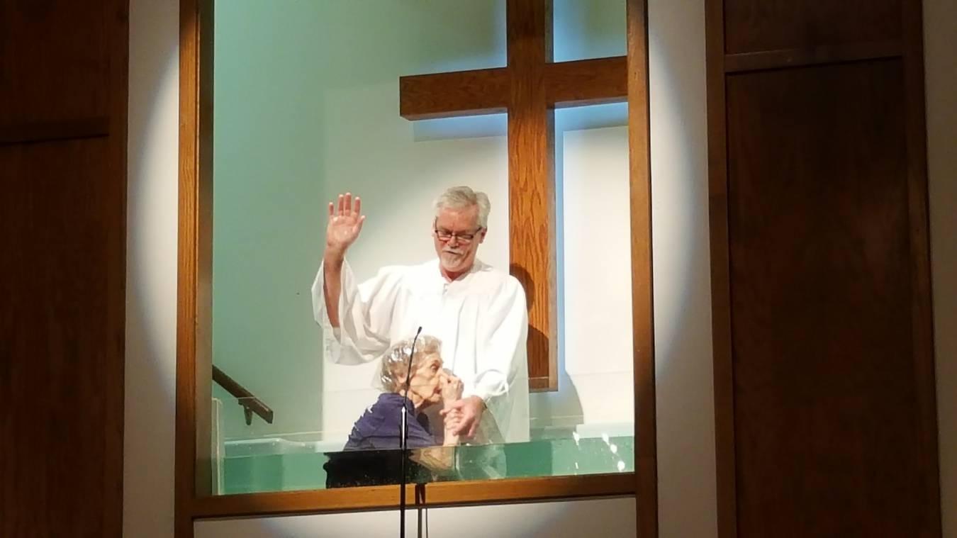 """Idosa de 94 anos entrega sua vida a Jesus e se batiza: """"Nunca é tarde demais"""""""