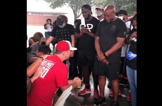 """Brancos se ajoelham em oração pedindo perdão a negros por """"anos de racismo"""""""