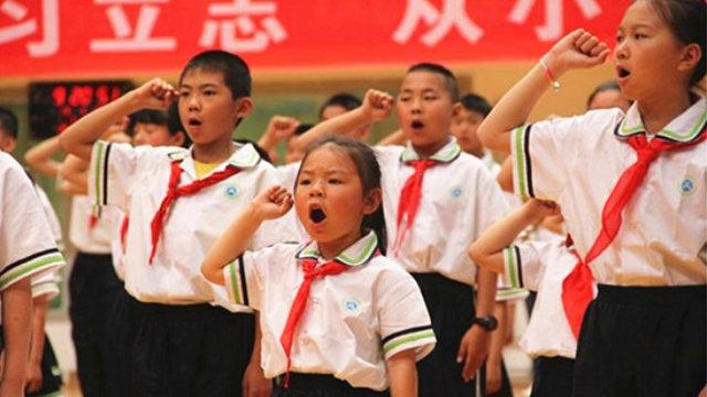 Alunos são obrigados a adorar o Partido Comunista durante Dia das Crianças, na China