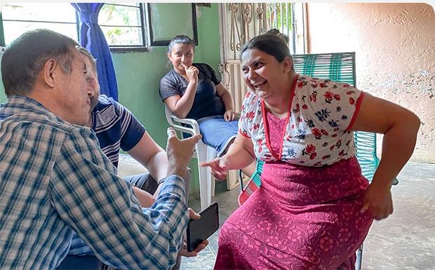 Ex-guerrilheira das Farc hoje distribui Bíblias na Colômbia