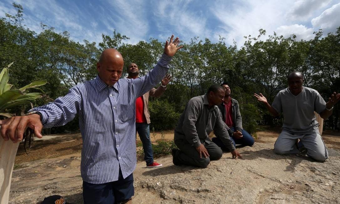 Grupo de evangélicos é alvo de tiros durante oração no Rio de Janeiro