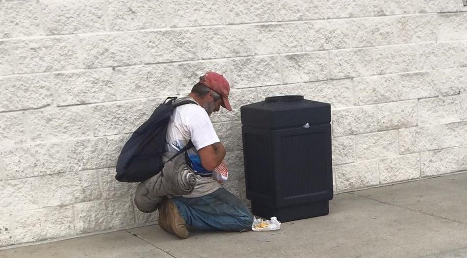 """Após pedir comida a Deus, morador de rua recebe alimento de cristão: """"Resposta de oração"""""""