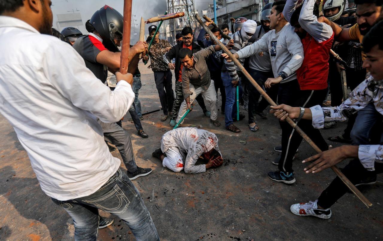 Pastor é espancado por multidão de 150 pessoas, após orar por doente na Índia