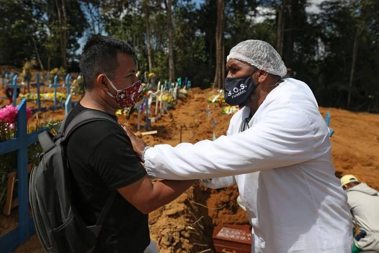 """Pastor consola vítimas da Covid-19 em funerais em Manaus: """"Sinto a dor do próximo"""""""