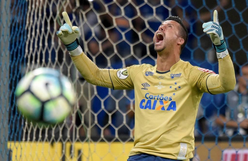 """Goleiro do Cruzeiro diz que busca direção de Deus em campo: """"Ele fala de várias formas"""""""
