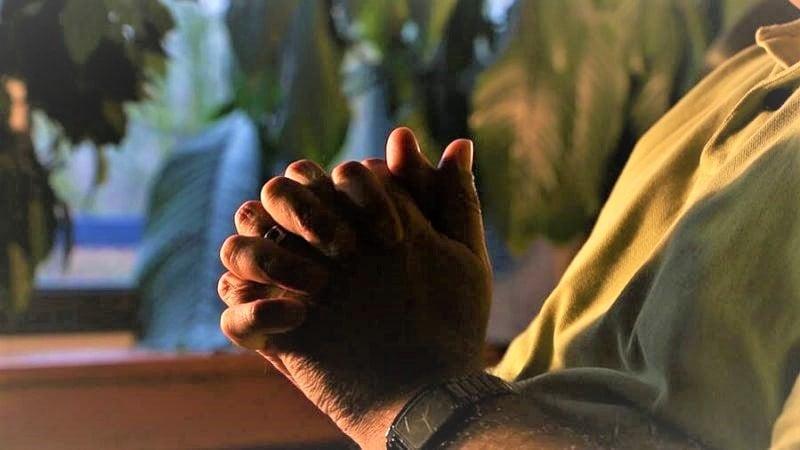 De olhos vendados, 12 cristãos são espancados e presos no Irã