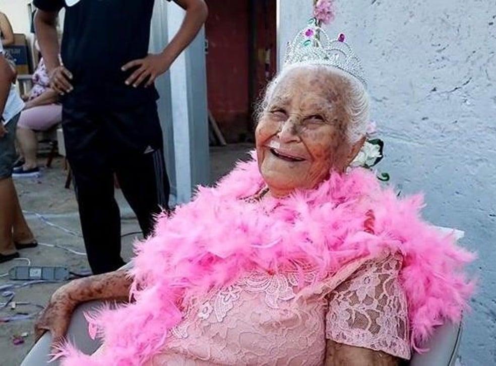 """Idosa celebra 100 anos e diz que """"fé em Deus"""" é segredo da longevidade"""