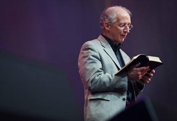 """""""Você não deve ser mais apegado à sua pátria do que ao povo de Cristo"""", diz John Piper"""
