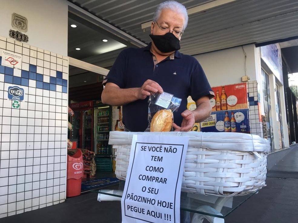 """Padeiro doa pães durante a pandemia com mensagens da Bíblia: """"Deus nos sustenta"""""""